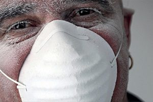 Человек в противопылевой маске