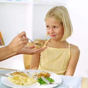Еда и ребенок за столом